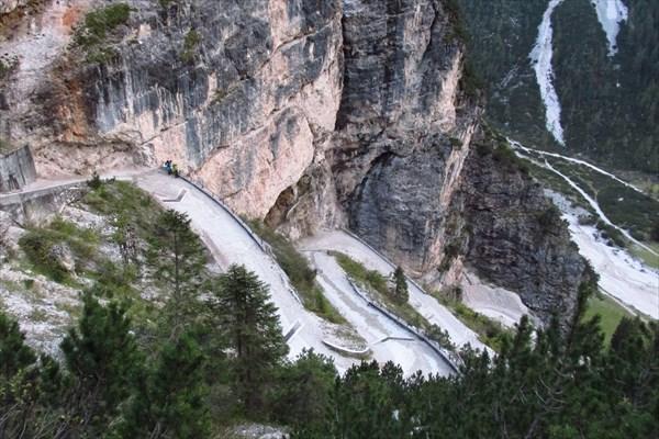Очень крутой спуск по дороге к гостинице Pederu