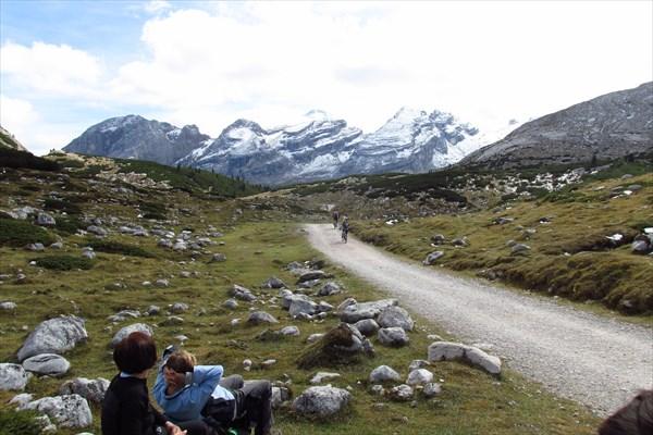Привал на перевале Лимо, кто-то пешком, а кто-то на велах