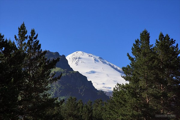Восточная вершина Эльбруса. Вид с поляны Чегет.
