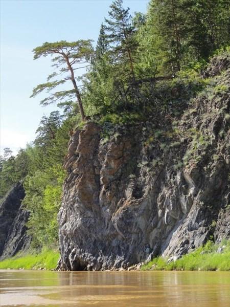 Камень с барельефами.