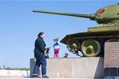 Типутя и Марусь у танка
