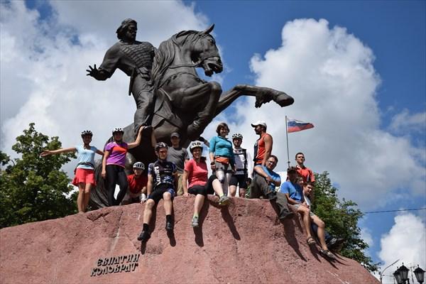 У памятника Евпатию Коловрату