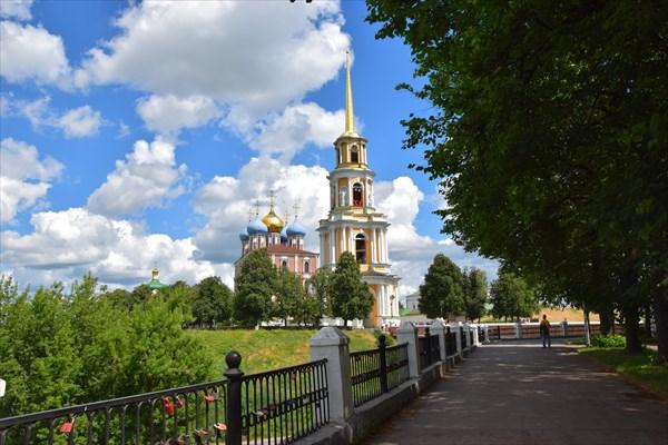 Соборная колокольня и Успенский собор