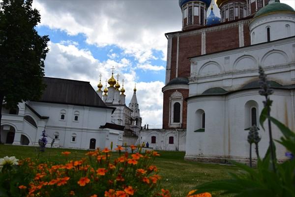 Богоявленская церковь на заднем плане