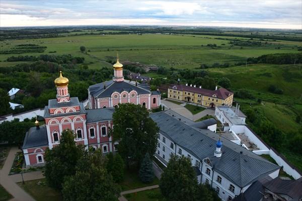 Территория монастыря с видом на Оку