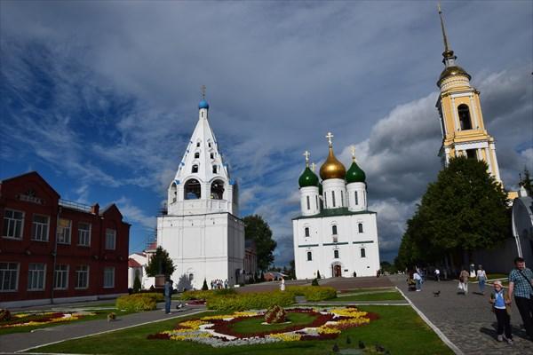 Тихвинская церковь (слева) и Успенский собор (по центру)