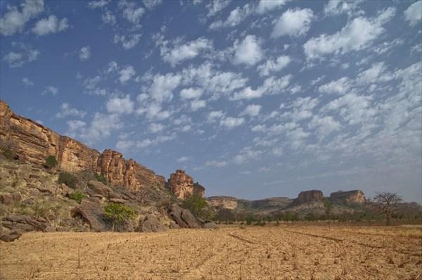 на фото: скальный уступ Бандиагара