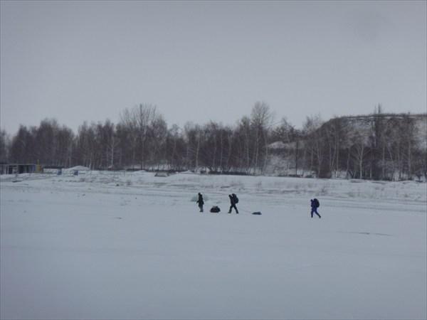 На льду водохранилища