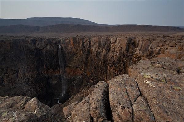 Могучий когда-то водопад в период засухи сносит порывами ветра.
