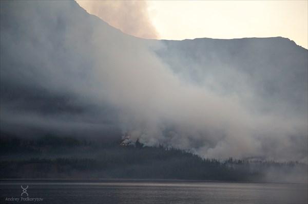 Пожар на берегу озера Лама.