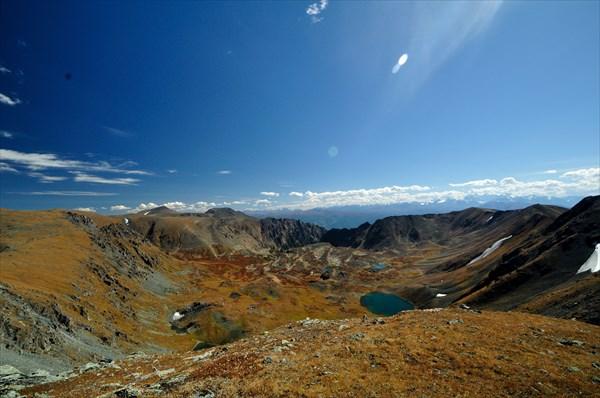 Вид с горы 2808 на озера в верховьях р. Верх. Кызылайры