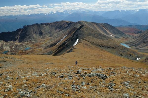 Вид с горы 2808 на перевалы 2480 и 2600.
