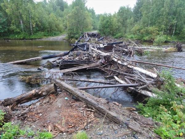 Остатки моста.