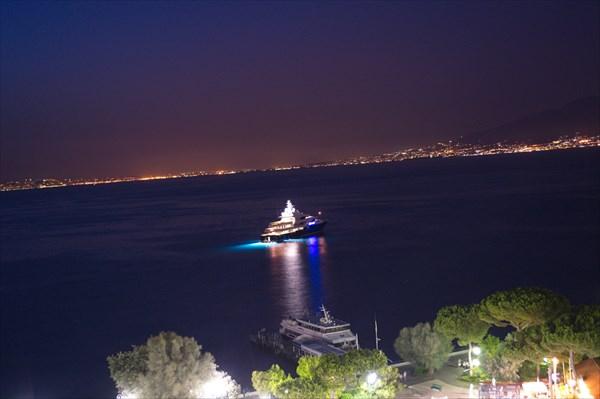 Вид из порта на Везувий