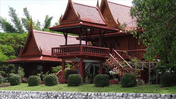 Дом из тикового дерева