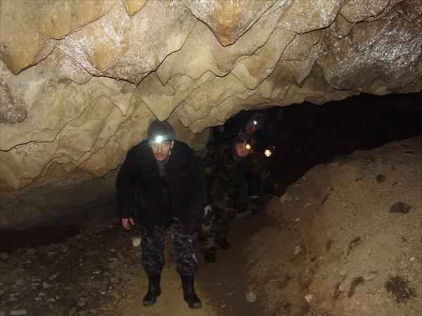 В полости пещеры.