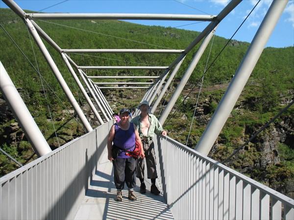 На пешеходном мосту через каньон
