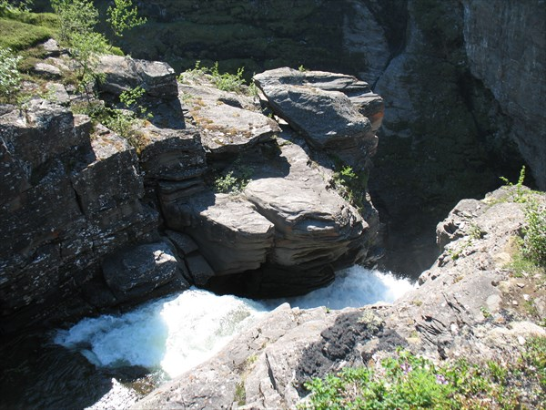 Вот этот ручеек создает огромный водопад