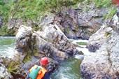 Чтобы обнести водопад, входим в узкую протоку