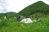 Руслан ставит палатку.