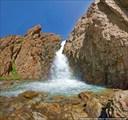 Водопад на дороге к перевалу Тосор
