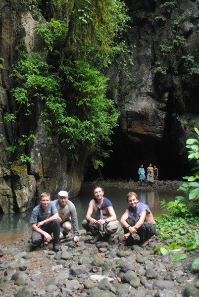 Возле входа в пещеру