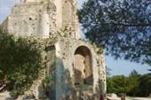 Венчает парк в г.Ним старинная башня   Мань (Tour Mag)