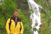 На серпантине вдоль водопада