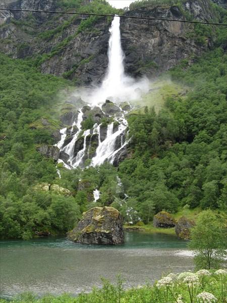 Очень мощный водопад