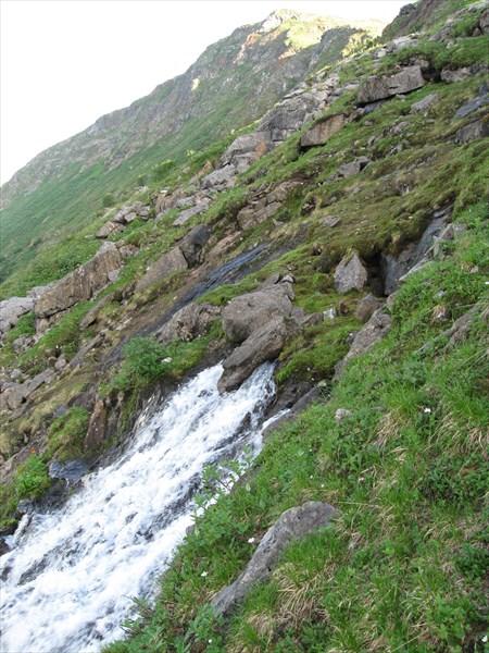 Падает водопадом вниз