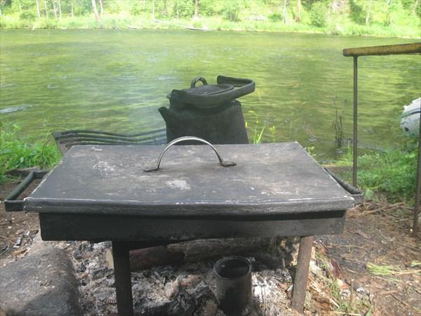 Противень и чайник над огнём