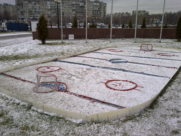 Хоккейная коробка напротив ледового дворца