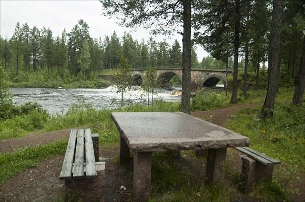 Столы из цельного гранита на парковке в Швеции