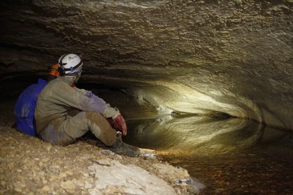 У входа в пещеру холодно. Но фотографов приходится ждать!