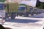 Колонна военных грузовиков, движущаяся по направлению к Лхасе