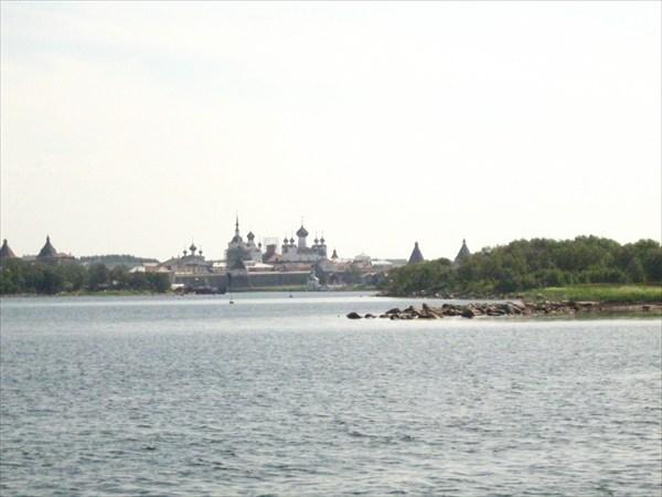 Вид на Соловецкий монастырь при подходе к бухте