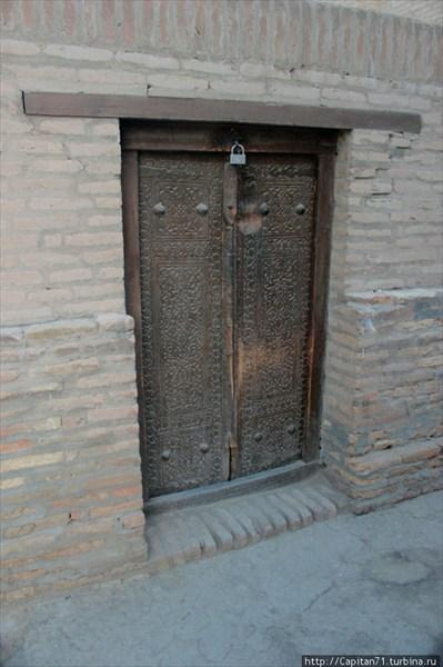 Starinnye-reznye-dveri