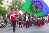 Процессия с цыганским флагом