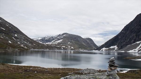 На плато озера во льду.