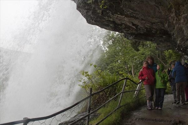Stalheimhfossen. Есть тропа под водопадом.