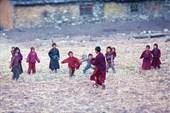 На край поля высыпало все детское население деревни Lho