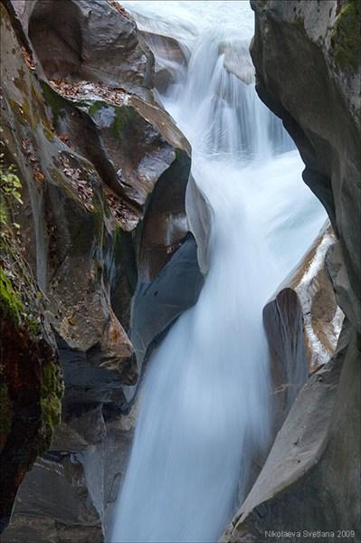 на фото: Бурный поток среди отшлифованных водой скал