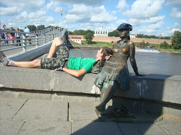 """Скульптура """"уставшые велотуристы"""""""