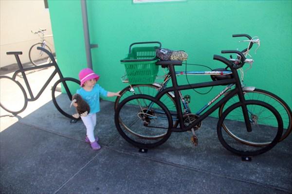 Тая хочет угнать велосипеды