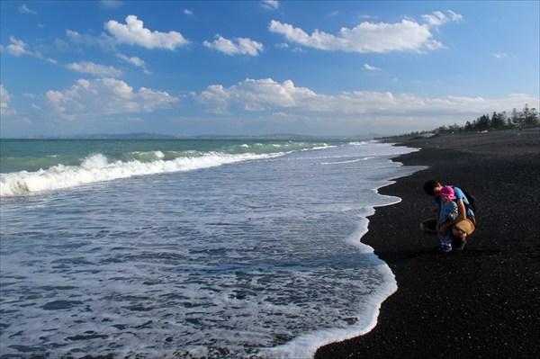 В заливе черный песок