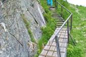 Лестница наверх к пещере