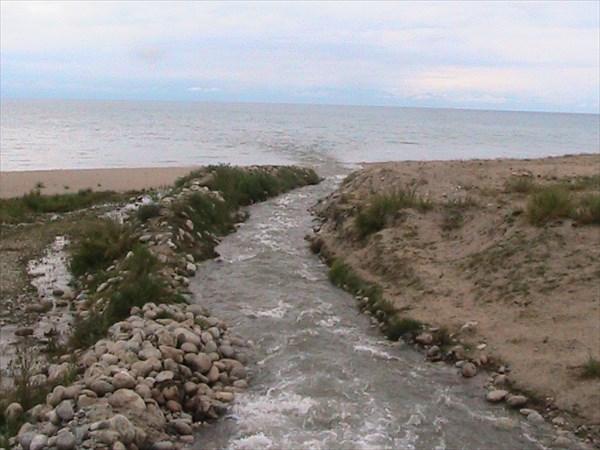 Мощный вынос реки в озеро