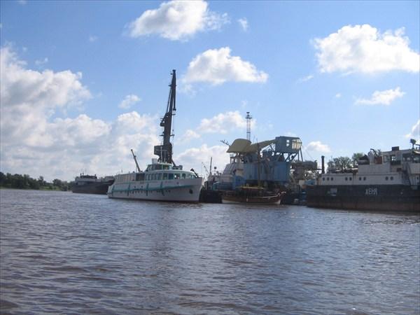 """Новгородский порт ( """"Москвич"""" похож на """"Чайку"""" только меньше)"""