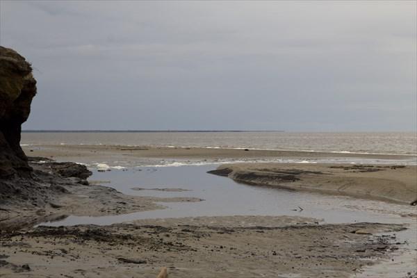 Ручеек втекает в море. Отлив..