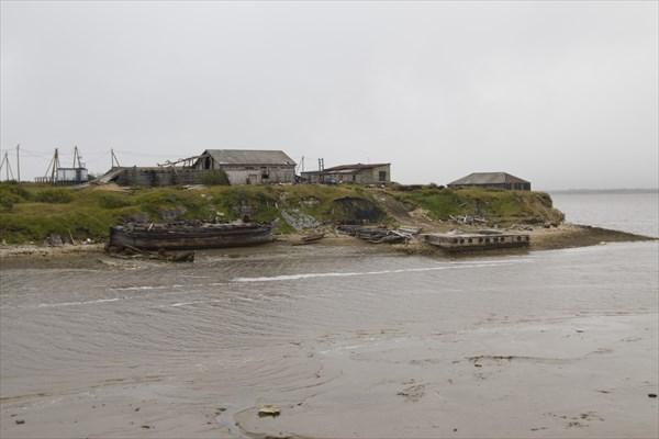 Разрушена пристань, обломки кораблей..